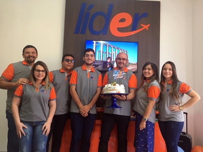 O empresário Jaílson Paiva no clique com os agentes e colaboradores da Lider Viagens e Turismo.
