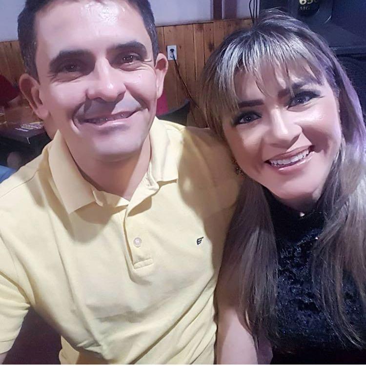 A empresária Alessandra Pascoal no clique com o esposo Cleanto Bezerra. Ela amanheceu de idade nova no sábado passado e comemorou com os familiares e amigos no pavimento superior da Pizzaria Água na Boca. Felicidades!!!