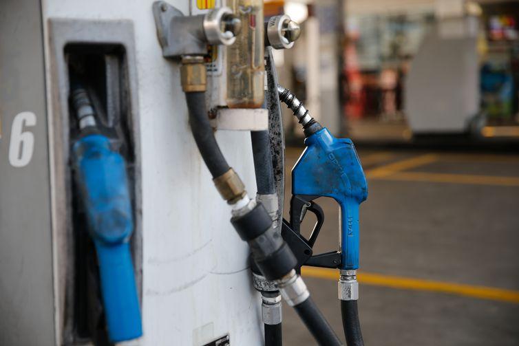 O preço do litro da gasolina vendida nas refinarias aumenta nesta quinta-feira (30) de R$ 2,0829 para R$ 2,1079. Já o preço do diesel permanece estável em R$ 2,0316.