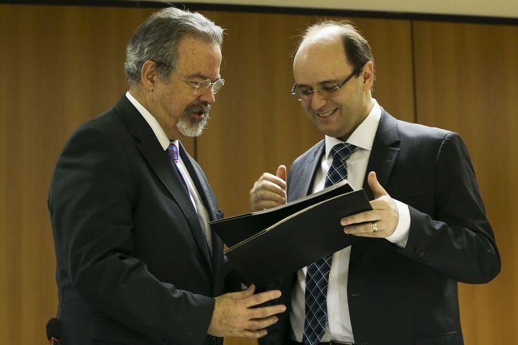 O ministro da Segurança Pública, Raul Jungmann, e o ministro da Educação, Rossieli Soares, assinam protocolo de intenções para permitir a ampliação do acesso à educação para presos.