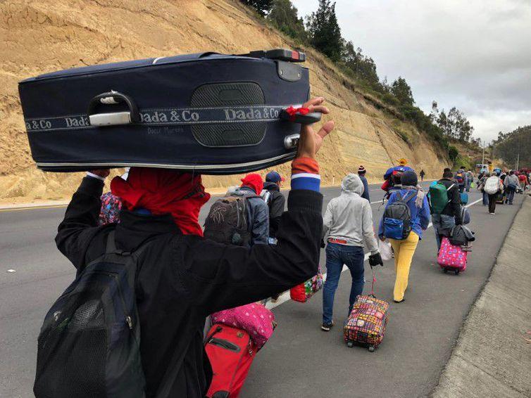 Venezuelanos caminham por estrada equatoriana a caminho do Peru -Andres Rojas/Reuters/Direitos reservados