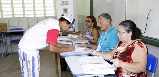 A cada eleição, a Justiça Eleitoral convoca eleitores maiores de 18 anos e em situação regular para atuar no dia da votação./TSE