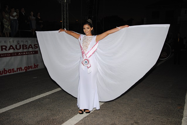 Linda de mavé, mavé nossa Miss Teen Vitória Dantas anunciando o desfile de Sete de Setembro. Um luxo!