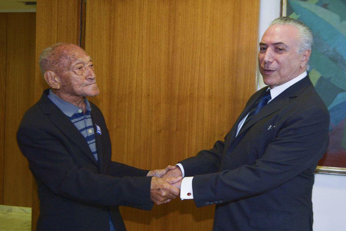 Brasília - O presidente em exercício, Michel Temer recebe o fotógrafo Gervásio Baptista (José Cruz/Agência Brasil)