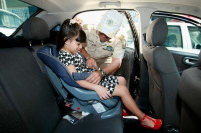 No Brasil, os motoristas flagrados com crianças no banco de trás, mesmo de cinto, mas sem a cadeirinha, respondem a infração gravíssima, com 7 pontos na carteira e multa de R$ 293,47. Foto: Carlos Moraes/ Gazeta Povo