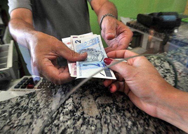 Dinheiro já poder recebido por trabalhadores na rede bancária(Arquivo/Marcello Casal Jr./Agência Brasil)