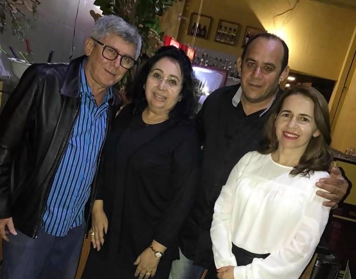 O casal José Vieira/Soraya Vieira no abraço ao Chef Jocélio Queiroz e sua esposa Ceiça Queiroz.