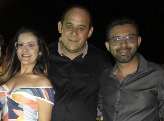 Jocélio Queiroz no clique com Bárbara Paiva e o assessor de comunicação Círios Vannuci.