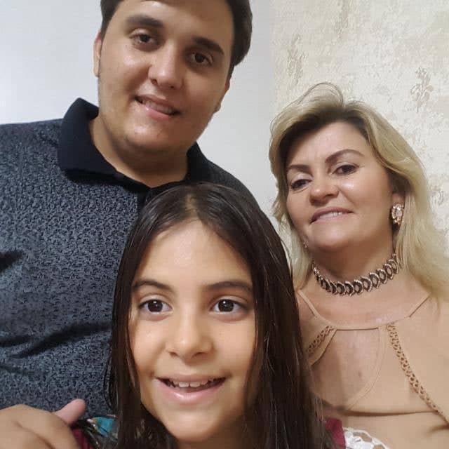 Aniversariante vip de amanhã a alinhada Danusa Maia, na foto ladeada pelos filhos Lucas e Ana Vitória. Da coluna desejamos toda felicidade que houver!