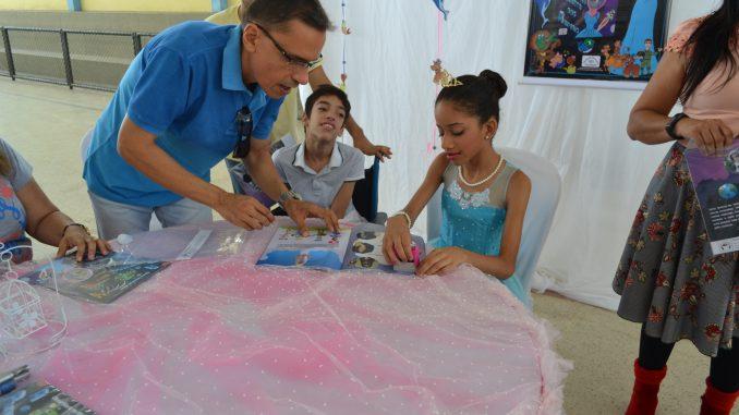 Aluna com deficiência visual lança livro em escola de Mossoró