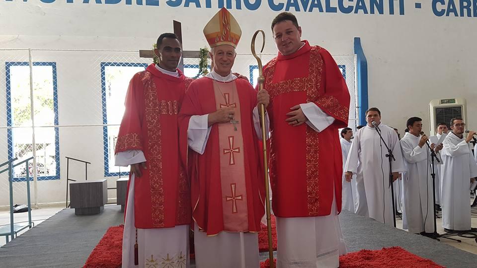 Ao lado do Padre Marcilio e do Bispo Dom Mariano Manzana o Diácono Junior Paiva que será ordenado amanhã na Igreja Matriz de São Sebastião. Que o Bom Deus o abençoe!