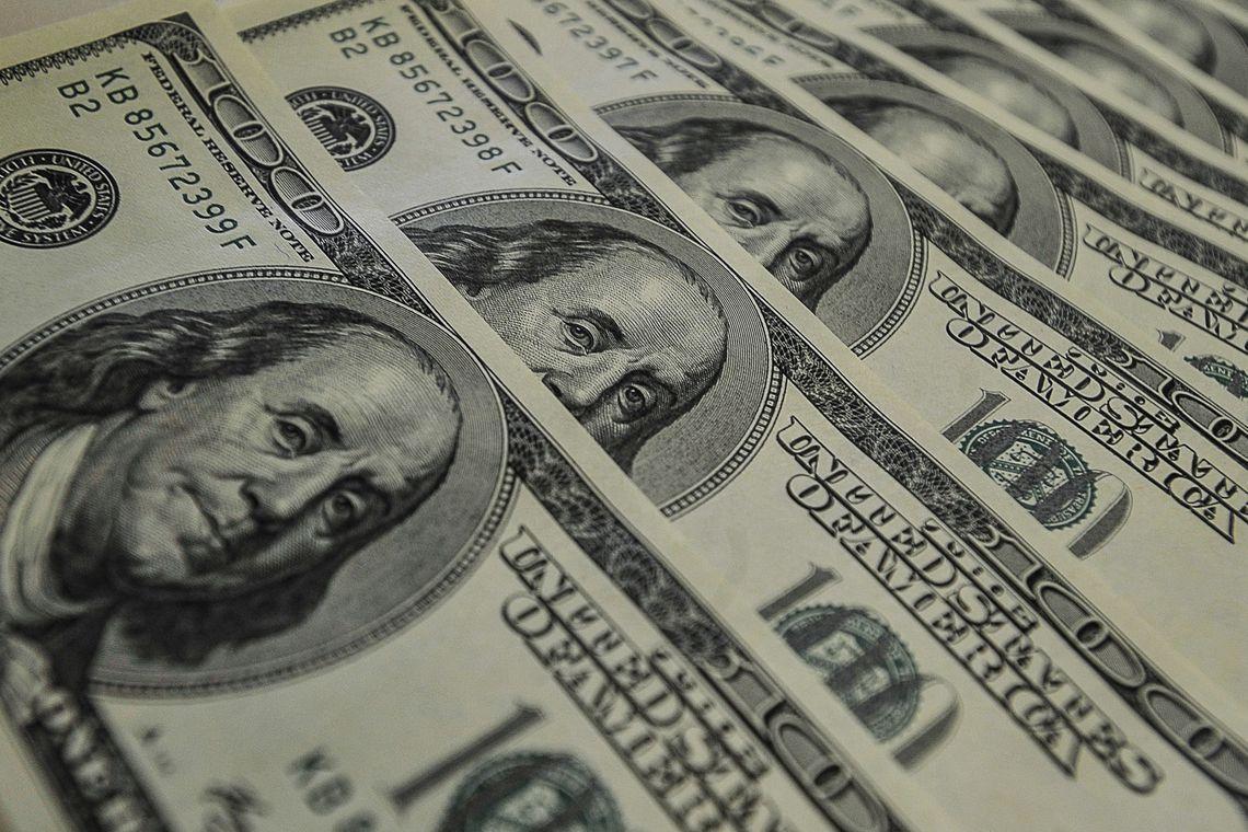Banco Central leiloará US$ 2 bilhões para conter alta do dólar
