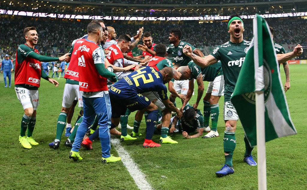 Palmeiras goleia, mas Fla vence e adia festa do título