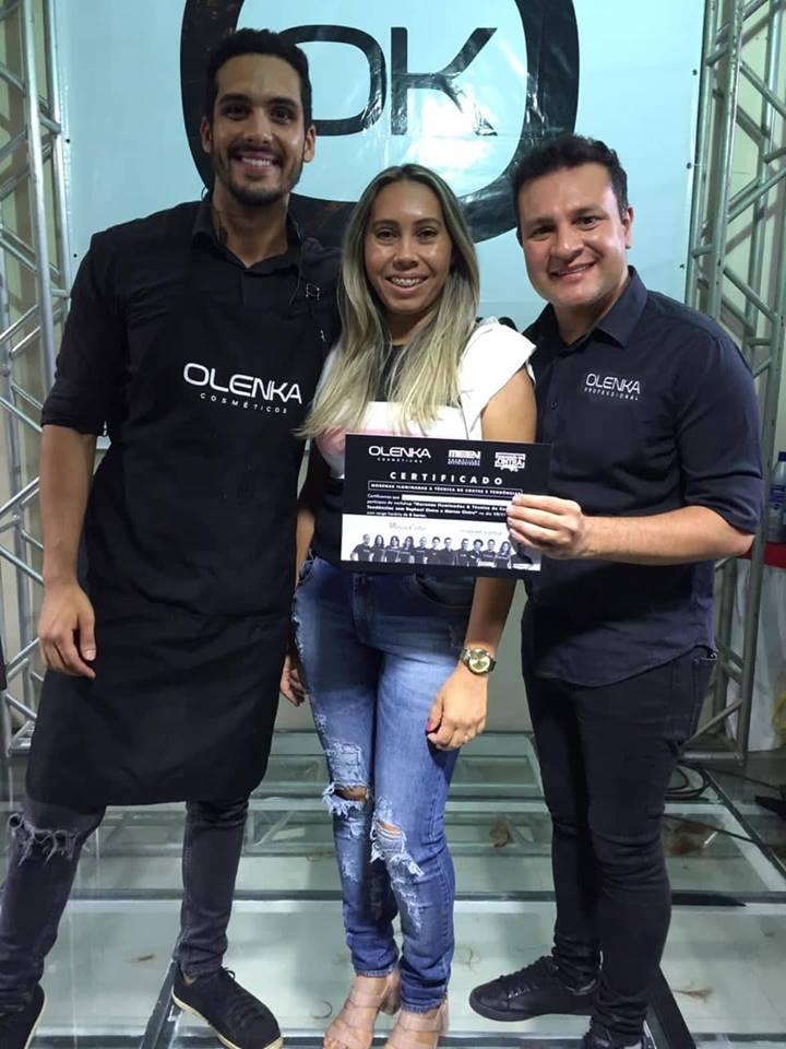 Ladeada pelos irmãos Rapha e Marcelo Cintra a cabeleireira da terrinha Ana Paula Rodrigues recebendo o certificado do esquadrão do Cintra. Um luxo!