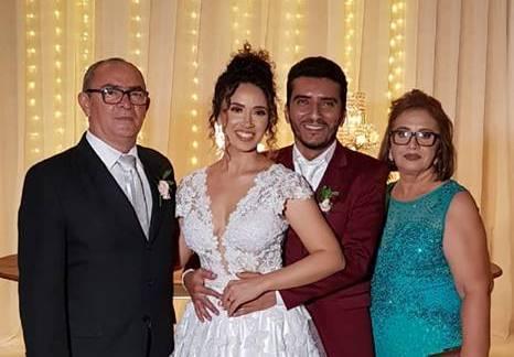 Ladeados pelos pais da noiva Chavier Costa e Lucia Praxedes, os recém-casados Daniella e Marinaldo Duarte. Da coluna os votos de felicidades ao casal!