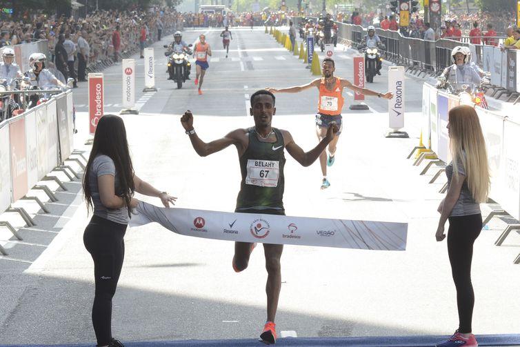 Belay Tilahun Bezabh fica em primeiro e Dawit Fikadu Admasu é o segundo colocado na 94ª Corrida Internacional de São Silvestre.