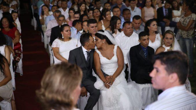 Casamento coletivo formaliza união de 130 casais em Mossoró