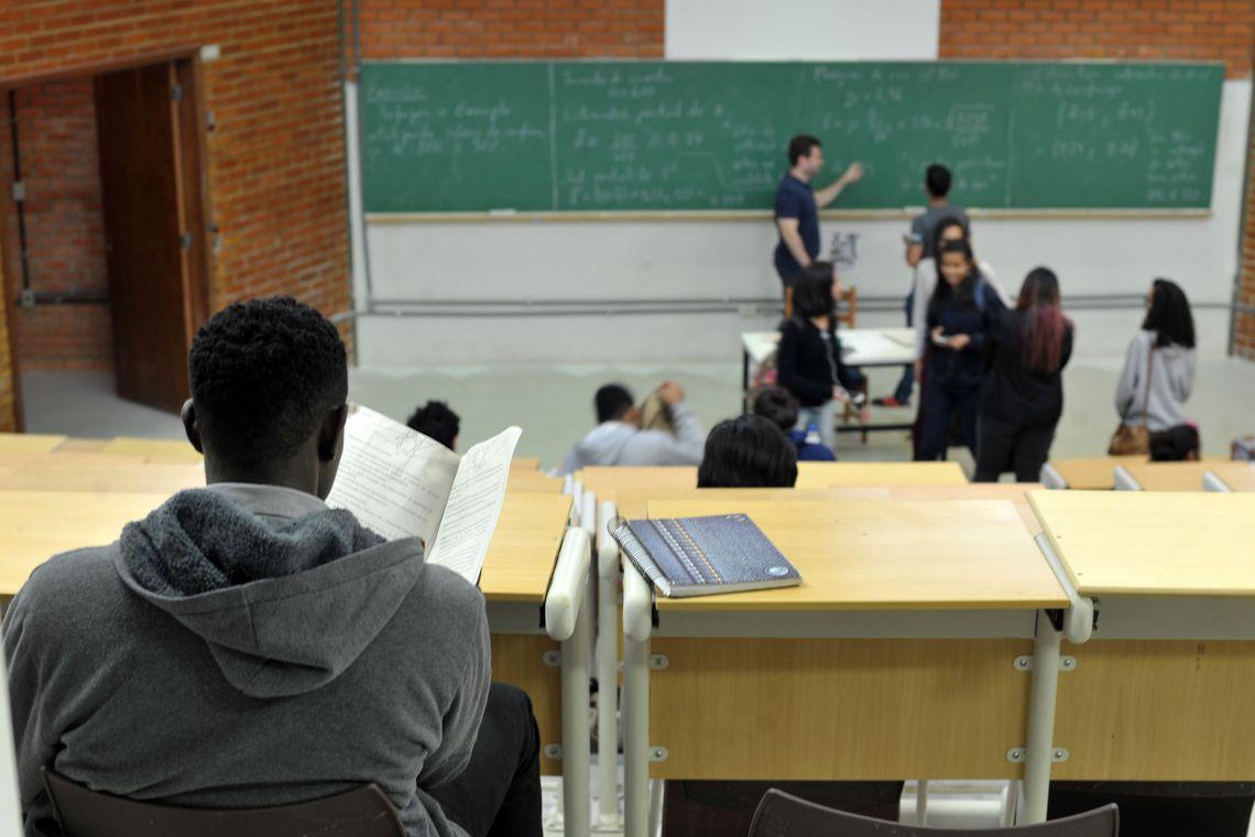 A taxa de ingresso ao ensino superior dos alunos que estudaram em escola privada é mais que o dobro daqueles da rede pública.