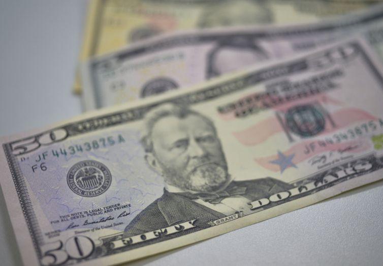 Depois de dois meses em queda, dólar fecha novembro com alta de 3,58%