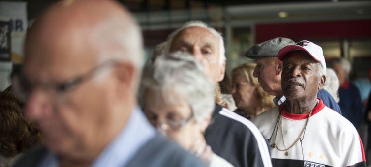 Pesquisa revela que 43% dos idosos são os prinicipais responsáveis pelo sustento da casa -Arquivo/Agência Brasil