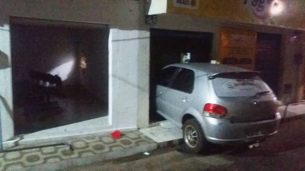 Criminosos usaram carro roubado para arrombar a porta da lotérica de Arez.