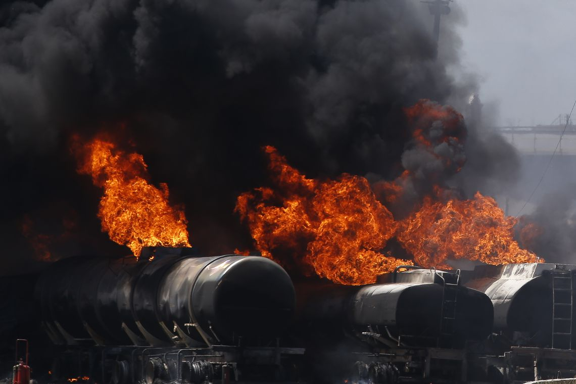 Incêndio atinge Refinaria de Manguinhos, na zona norte do Rio.