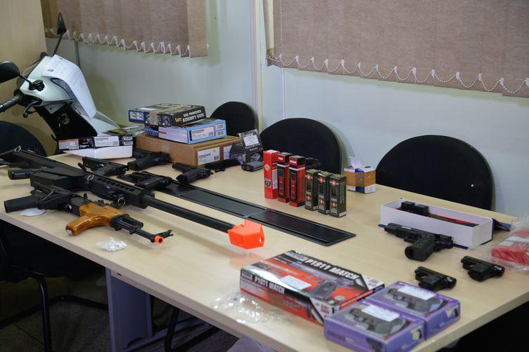 Polícia Civil do Distrito Federal deflagrou a Operação Efígie, que contou com o apoio do Exército e da Receita Federal, e resultou na apreensão de cerca de 80 réplicas de armas de fogo (Wilson Dias/Agência Brasil)