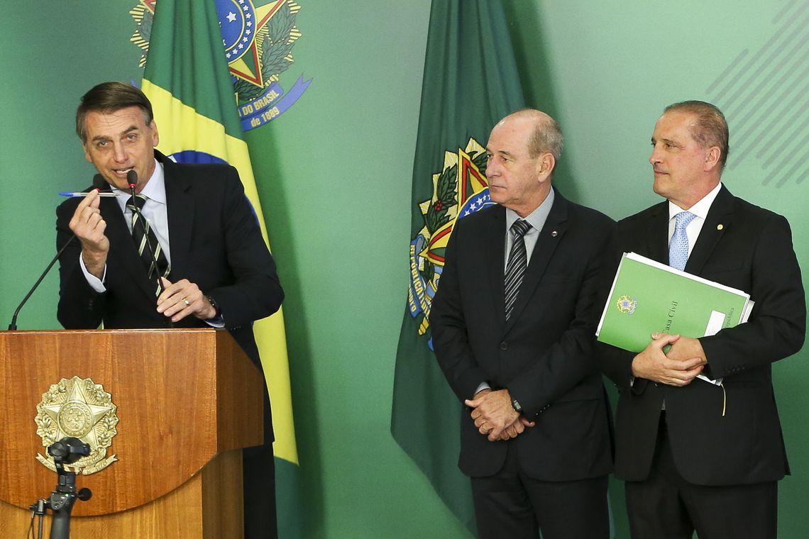 O presidente Jair Bolsonaro, o ministro da Defesa, Fernando Azevedo, e o ministro da Casa Civil, Onyx Lorenzoni, durante cerimônia de assinatura do decreto que flexibiliza a posse de armas no país.