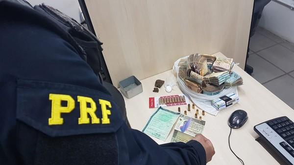Dinheiro foi encontrado dentro do carro, em uma sacola de plástico — Foto: PRF/Divulgação