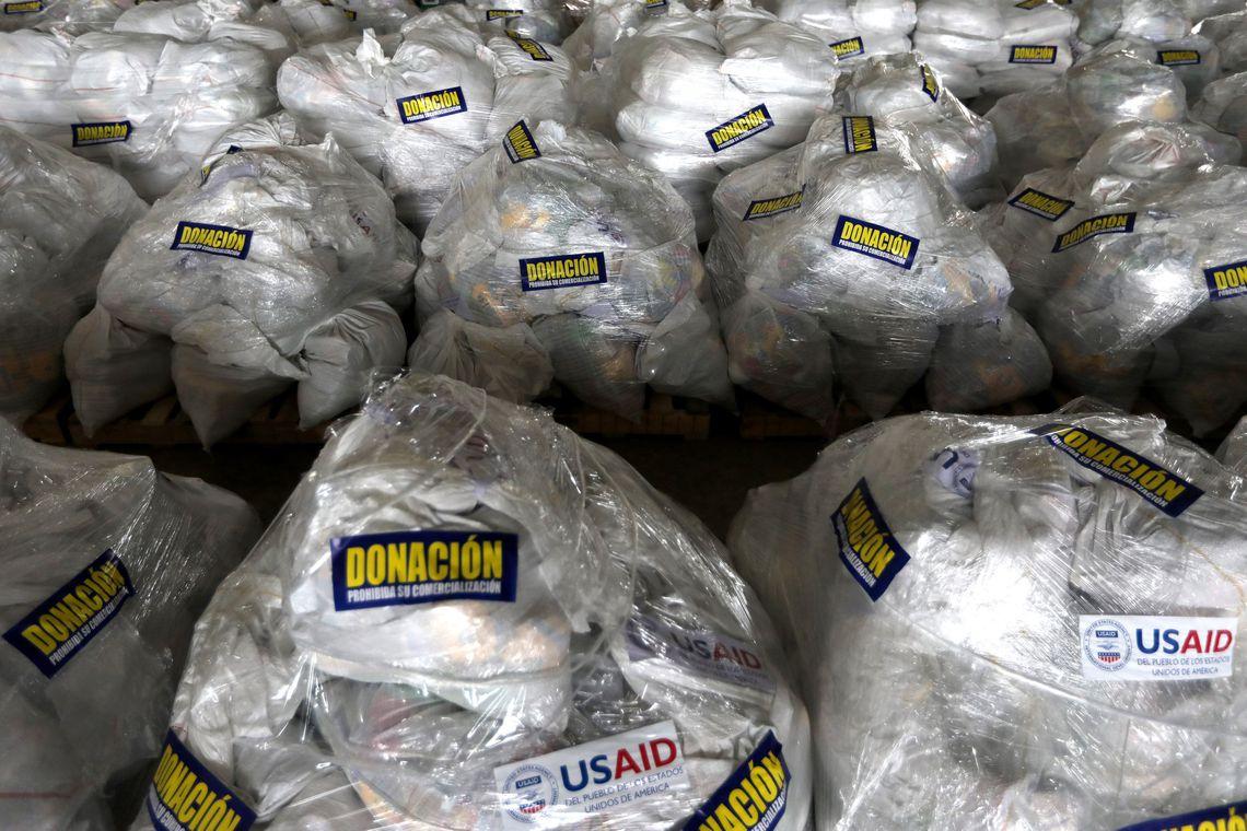 A ajuda humanitária para a Venezuela, com um adesivo que diz Doação, proibido comercializar, em um armazém, em Cúcuta, na Colômbia, perto da fronteira entre a Colômbia e a Venezuela.