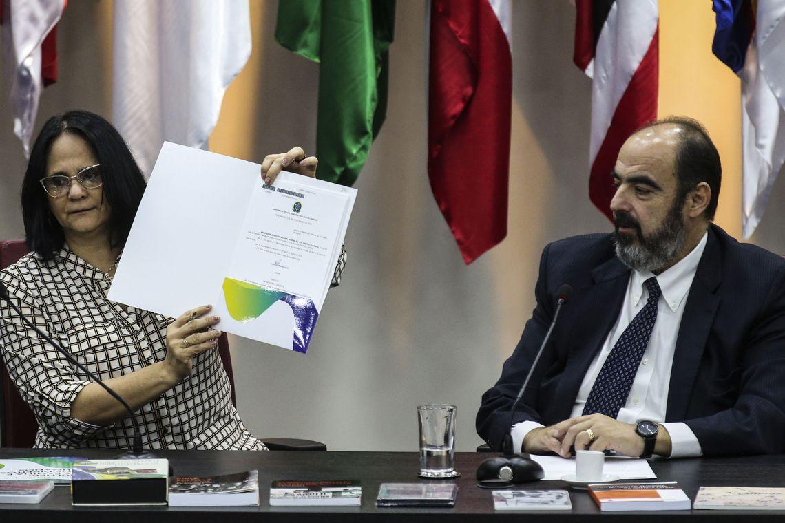 A ministra da Mulher, da Família e dos Direitos Humanos, Damares Alves, empossou nesta quarta-feira (27) os novos integrantes da Comissão de Anistia e anunciou mudanças no regimento do órgão