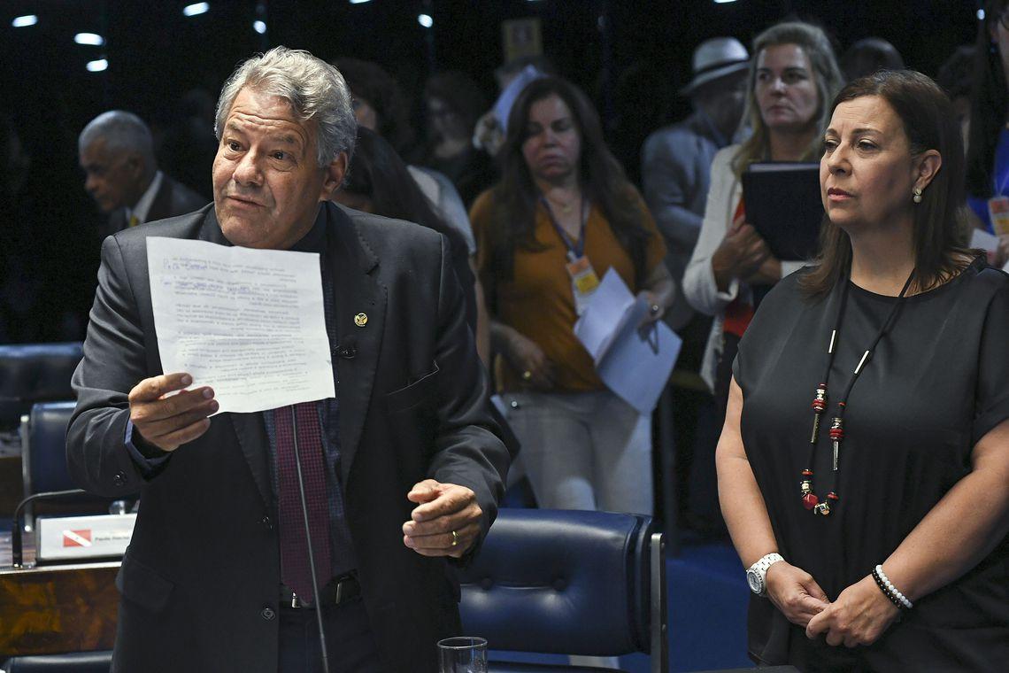 A embaixadora da Venezuela, María Teresa Belandria (à direita) e o senador Luiz Carlos do Carmo (MDB-GO), durante sessão deliberativa ordinária do Senado Federal.