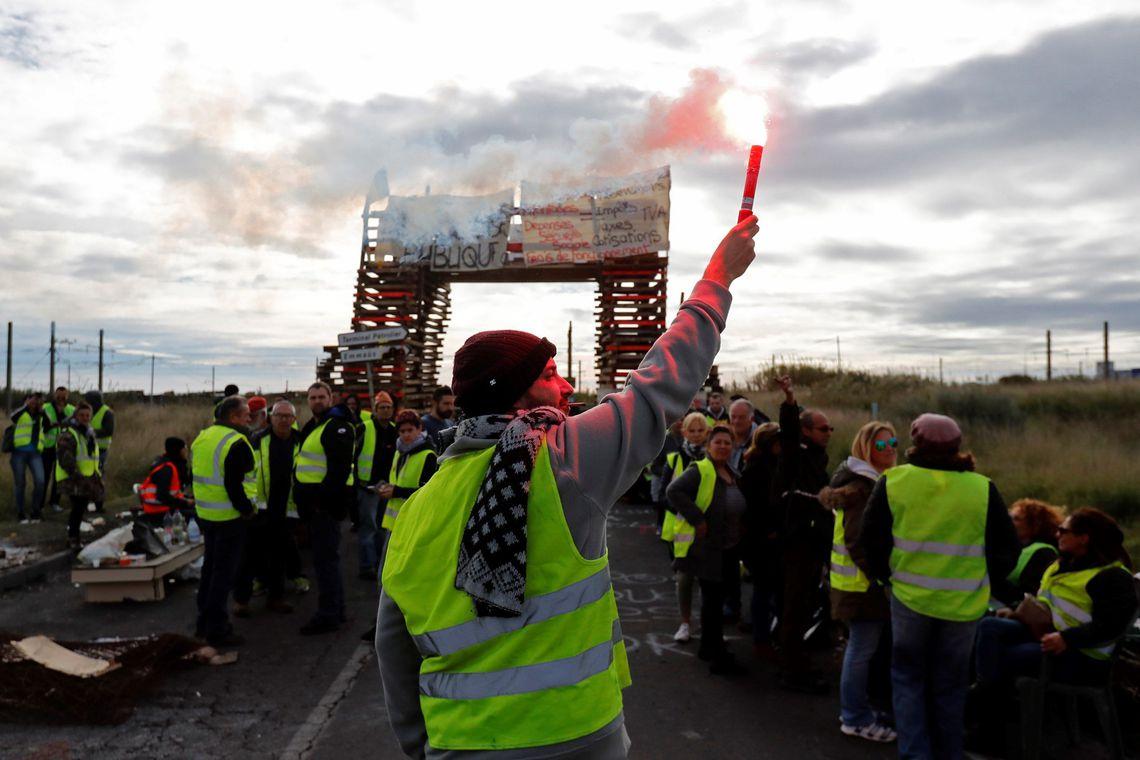 Manifestantes dos coletes amarelos bloqueiam o acesso a uma refinaria de petróleo em Frontignan (França).
