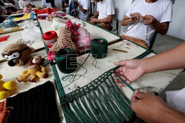 """Presos brasileiros encontram na moda a """"boia de salvação"""" para uma nova vida"""