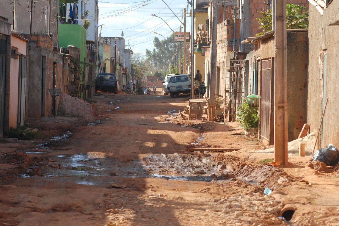 """Relatório do Banco Mundial divulgado nesta quinta-feira (04) afirma que a pobreza aumentou no Brasil entre 2014 e 2017, atingindo 21% da população (43,5 milhões de pessoas).  O documento intitulado Efeitos dos ciclos econômicos nos indicadores sociais da América Latina: quando os sonhos encontram a realidade demonstra que o aumento da pobreza no período foi de 3%, ou seja, um número adicional de 7,3 milhões de brasileiros passou a viver com até US$ 5,50 por dia.  No ano de 2014, o total de brasileiros que viviam na pobreza era de 36,2 milhões (17,9%). O quadro negativo teve início com a forte recessão que o país atravessou a partir do segundo semestre daquele ano, que durou até o fim de 2016.  O Banco Mundial avalia que o fraco crescimento da América Latina e Caribe, especialmente na América do Sul, afetou os indicadores sociais no Brasil, país que possui um terço da população de toda a região.  Mesmo assim, o Banco Mundial manteve as previsões de crescimento do Produto Interno Bruto (PIB) brasileiro, com altas de 2,2% em 2019 e 2,5% em 2020. As projeções são melhores do que as de outros países, como o México (1,7%), mas ficam abaixo de nações como a Colômbia (3,3%). Os países com previsão de queda no PIB são a Argentina (- 1,3%) e a Venezuela (-25%).  Para a região da América Latina e Caribe, o crescimento deve ser menor do que o do Brasil. As estimativas iniciais eram de 1,7%, mas, no mais recente relatório, elas despencaram para 0,9%, puxadas pelo péssimo desempenho da Venezuela. O crescimento da América do Sul também deverá sentir os efeitos da crise venezuelana, ficando em apenas 0,4%.  O relatório destaca as incertezas quanto à reforma da Previdência, afirmando que sua aprovação """"depende da formação de coalizões"""", uma vez que o partido governista não tem maioria no Congresso. A instituição elogia o Brasil por buscar um programa """"ambicioso"""" de reformas, mas afirma que o país é o caso mais preocupante na região depois da Venezuela.  O Brasil deverá ter um défici"""