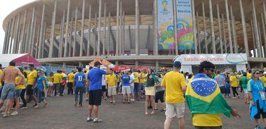 Torcedores  brasileiros e estrangeiros  chegando ao Estádio Mané Garrincha para assistir  a disputa pelo  terceiro lugar na Copa do Mundo (Elza Fiúza/Agência Brasil)