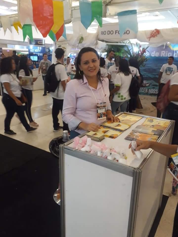 A simpatia de Luana Lisbôa, coordenadora de reservas e hospedagem, está no cartão postal do Hotel Villa Oeste. Receptividade, atenção e gentileza é a sua marca.