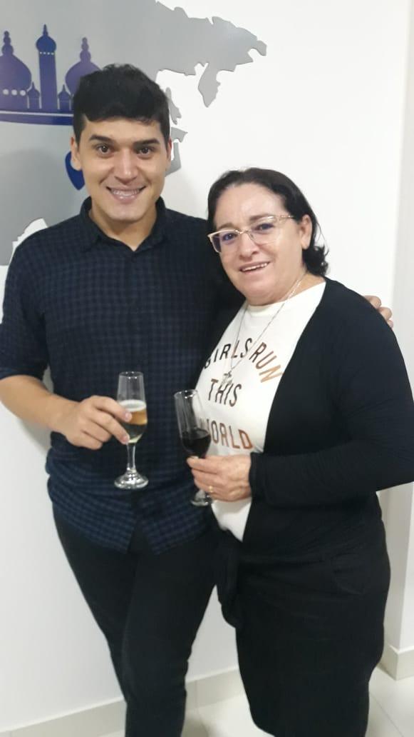 O empresário Jotinha Morais e sua mamãe linda e querida, Eriane Morais, celebrando com sucesso as novas instalações da Exact Viagens.