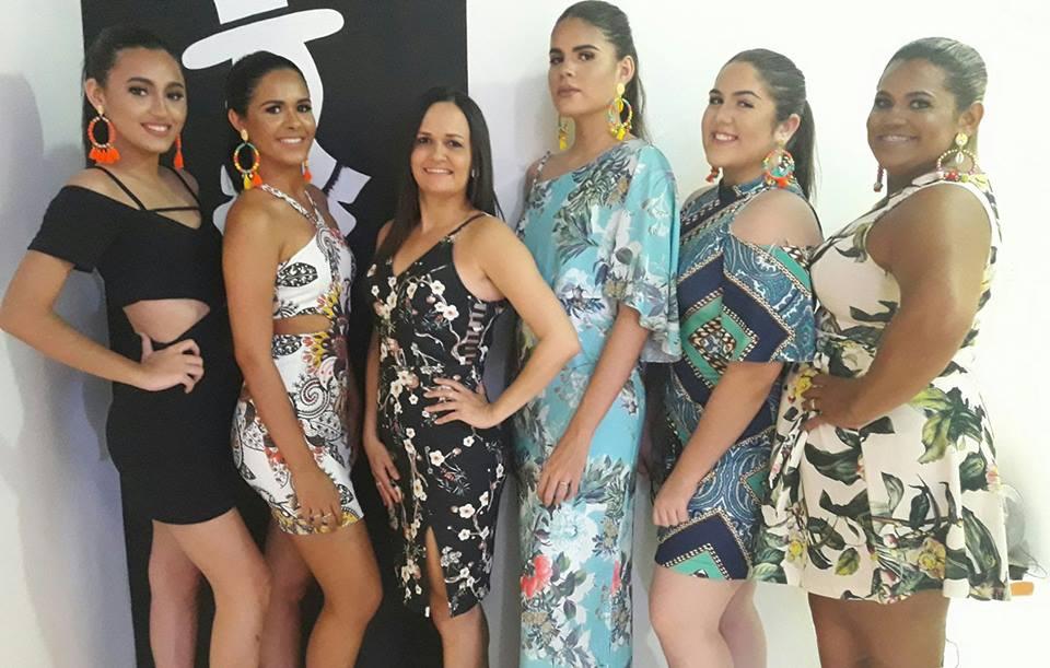 Ladeada por suas modelos Rayssa, Elyda, Laysla, Ana Claudia e Raniclea a empresária Valéria Carlos grande anfitriã de amanhã quando reúne poucos e bons para brindar o sucesso da Valéria Moda Praia. Acho chique!