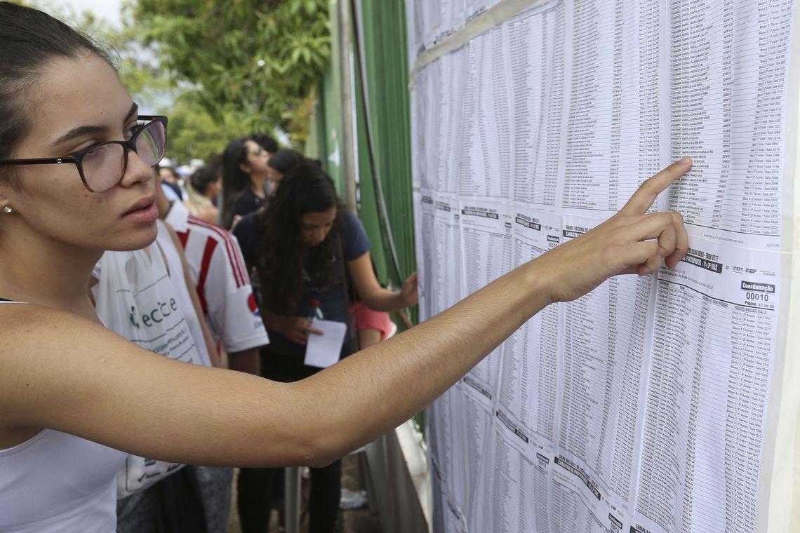 Brasilia - Alunos chegam no Uniceub, para prova do Enem (Valter Campanato/Agência Brasil)