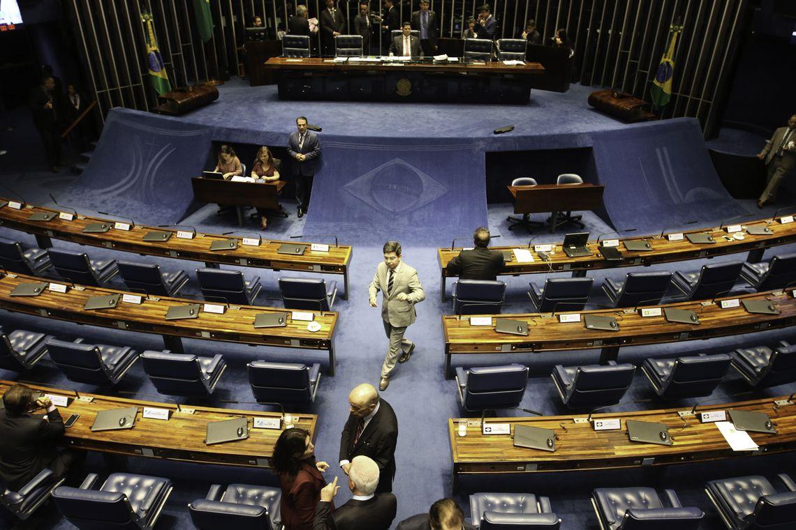 Sessão plenária do Senado para debater, entre outros projetos, a PEC 141/2015, que permite a bombeiros e policiais militares acumularem cargos.