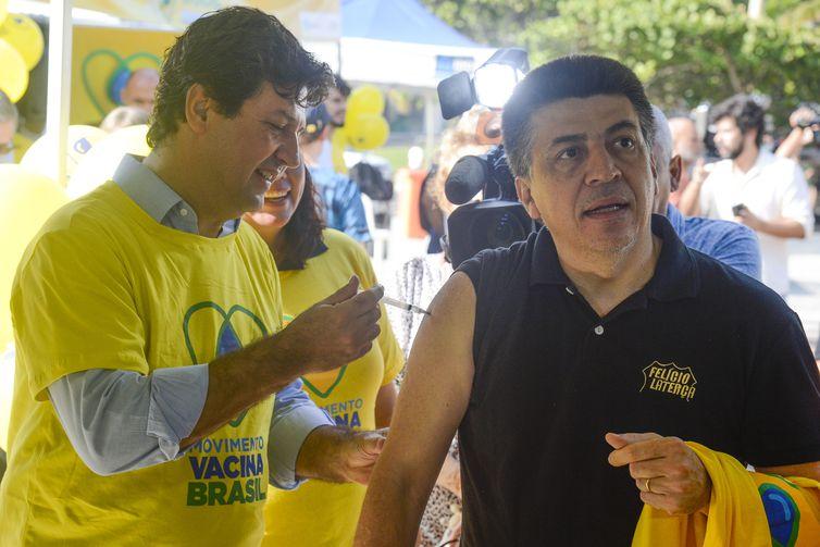 O ministro da Saúde, Luiz Henrique Mandetta, participa do Dia D de vacinação contra a gripe.