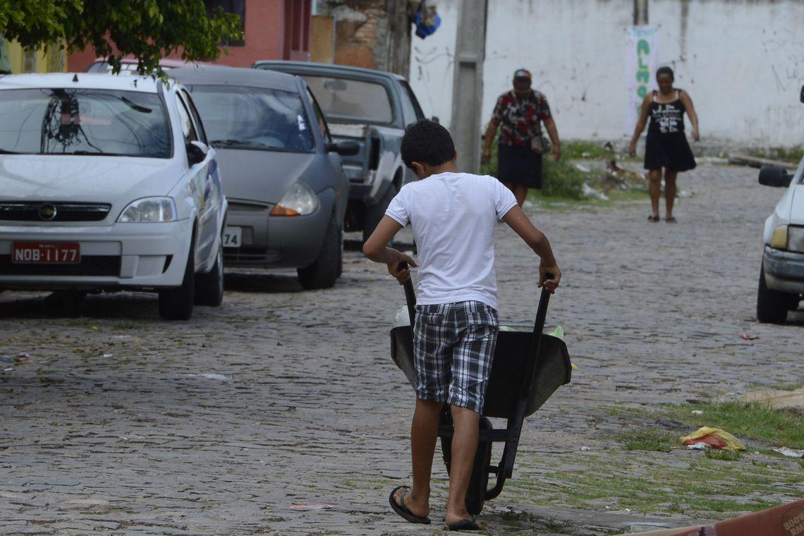 Natal - Aos 12 anos, Natan falta à escola todas as segundas-feiras para trabalhar como carregador em uma feira da cidade (Valter Campanato/Agência Brasil)