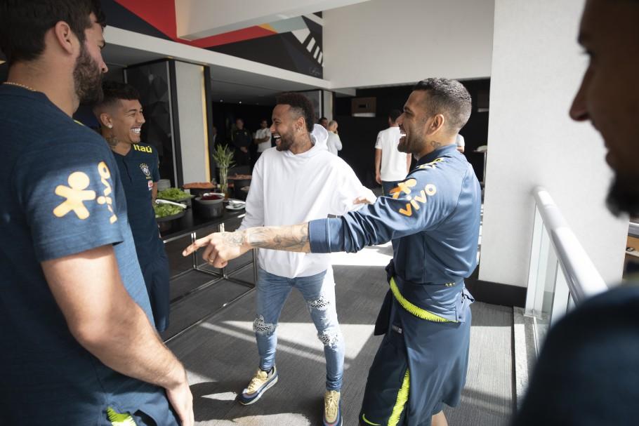 """Neymar visita Seleção e brinca: """"Se precisar de mais um, acho que dá, hein"""""""