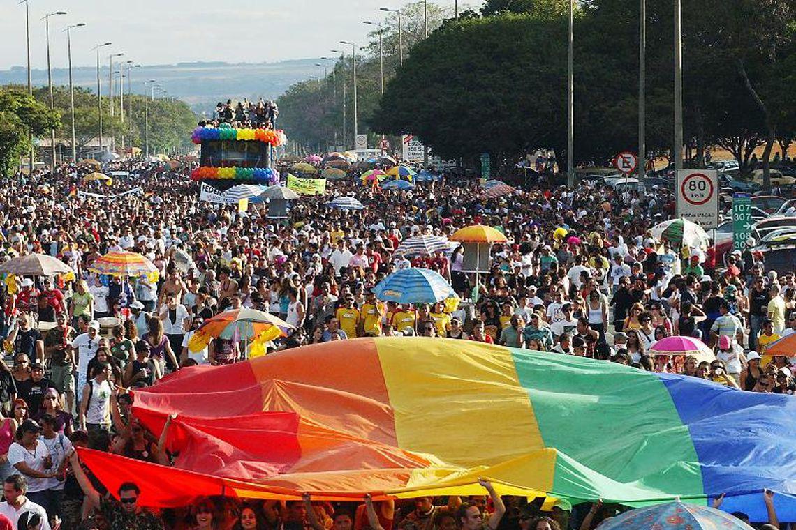 Semáforos para pedestres da Paulista mostram bonecos homoafetivos