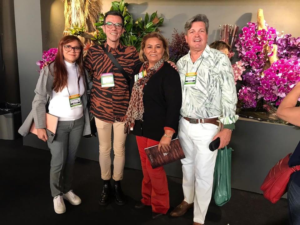 Toda fina Fábia Soares ladeada pelo Decorador Paulista Marcio Leme, Patrícia à direita e Nilton Junior quando participavam da Enflor Garden. Achei chique!