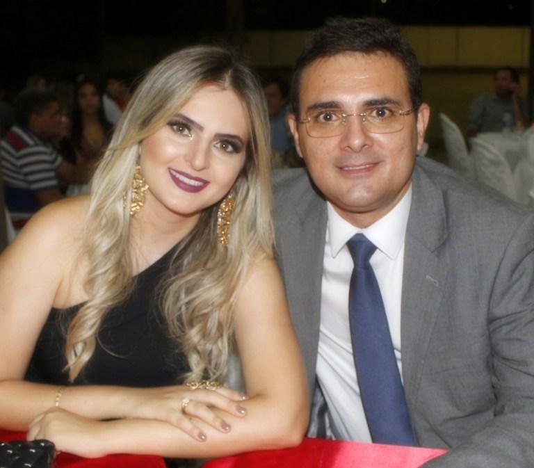 Quem amanhece de idade nova na próxima segunda-feira é o prefeito da cidade de Patu Rivelino Câmara, no clique ao lado da sua amada Dayane. Parabéns felicidades sempre!
