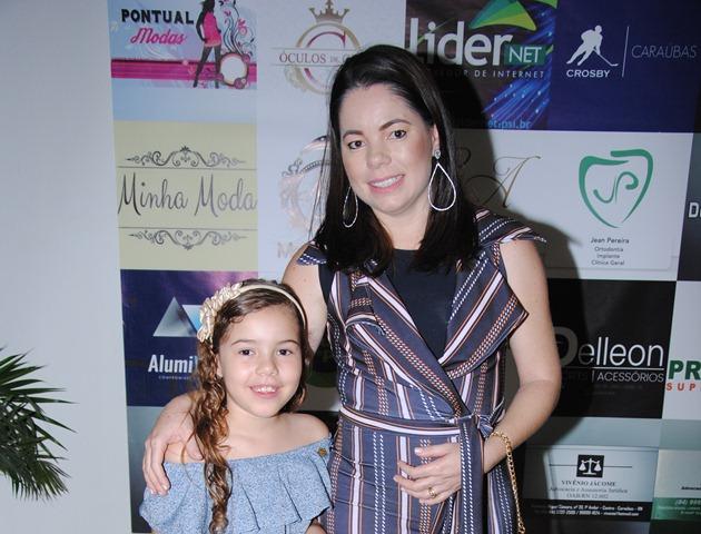 Querida aniversariante de ontem a maquiadora Fabiana Henrique dos Santos, na foto com sua filha linda Jeimili Dádiva. Renovamos os cumprimentos com votos de felicidades mil!