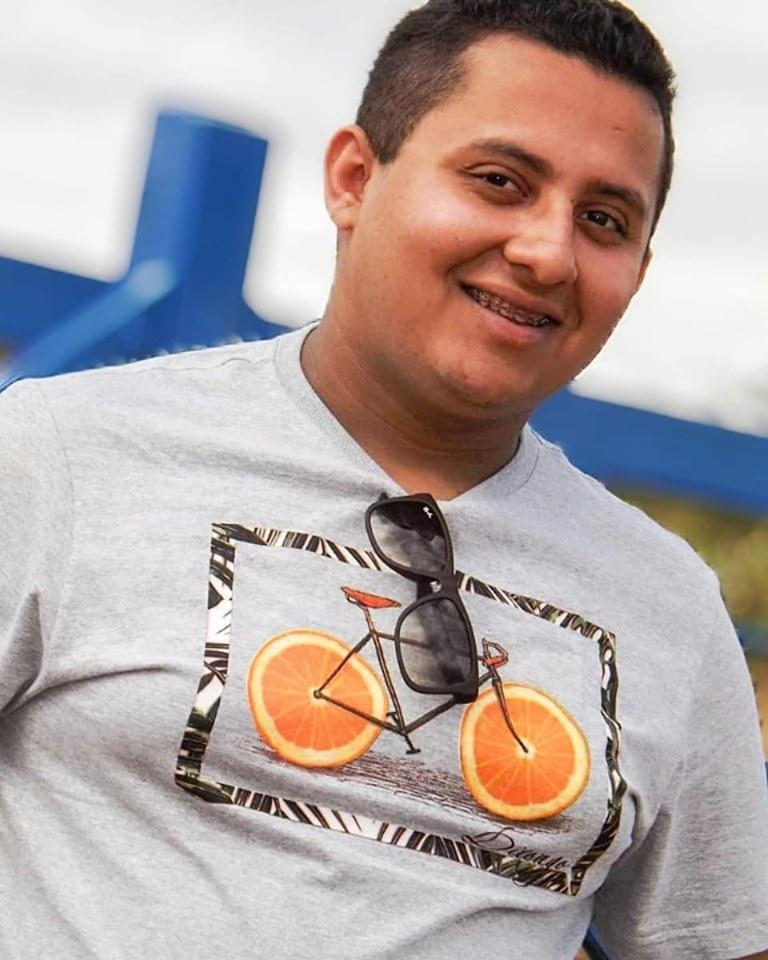 Amanhã quem está de idade nova é o amigo Alessandro Sales para quem desejamos tudo de bom. Vivas!