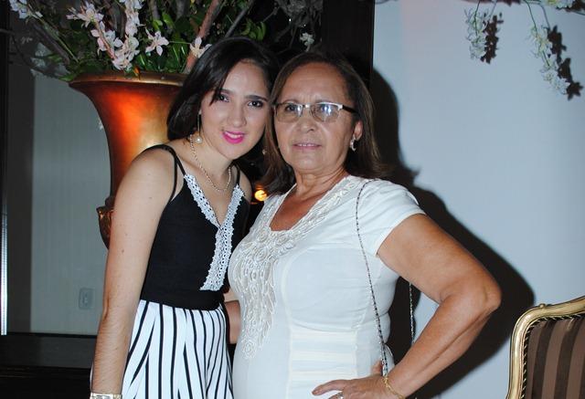 Outra aniversariante querida do domingo é a professora Francisca Luzia da Silva (Nina) na foto com a neta Thalya Carolaine. Parabéns felicidades sempre!